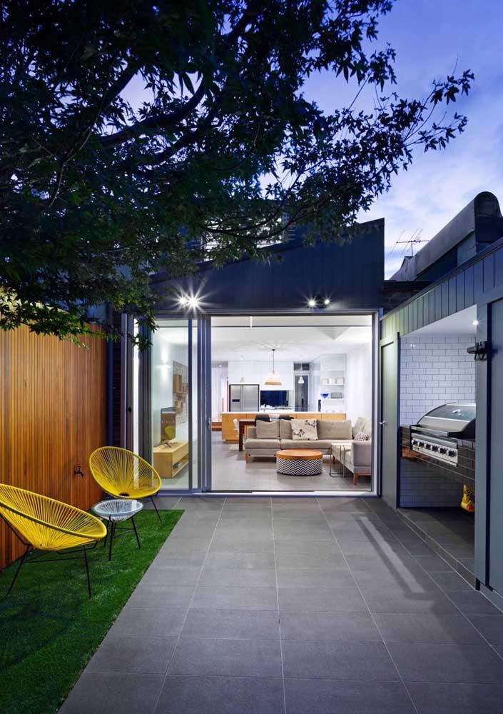 A área aberta da casa se tornou o espaço ideal para o churrasco contado, é claro, com a churrasqueira elétrica ao lado