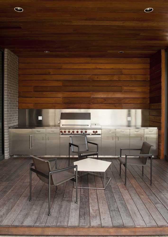 Espaço gourmet em estilo industrial com churrasqueira elétrica em inox para combinar