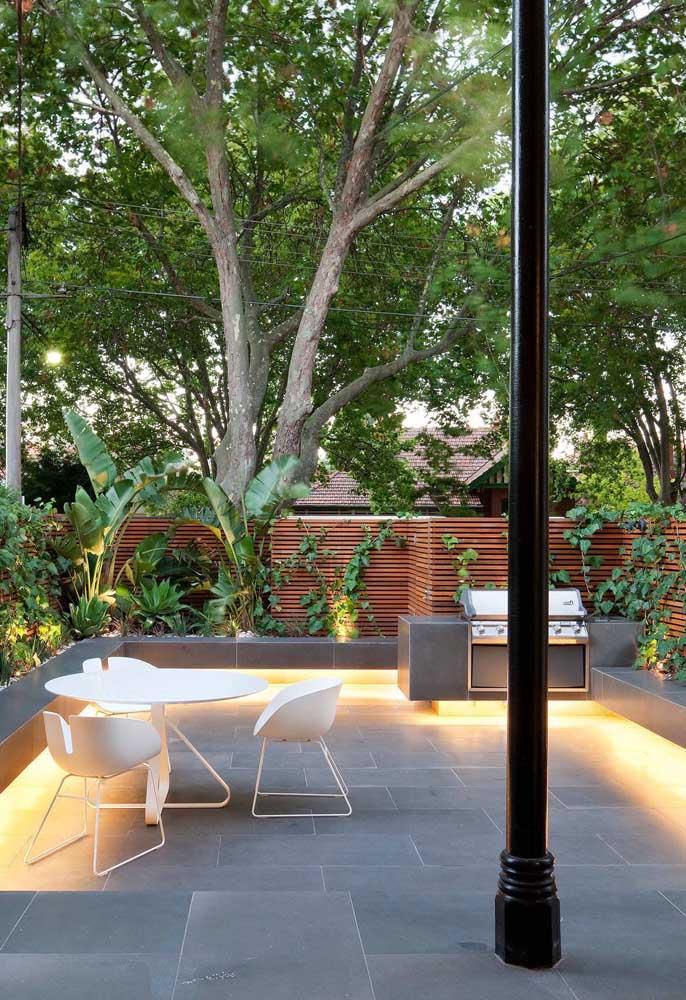 Jardim com churrasqueira elétrica simples; lugar perfeito para os encontros entre amigos