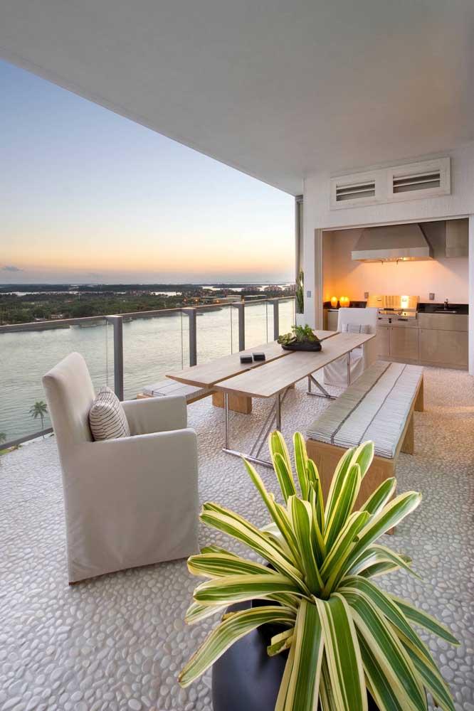 Que vista incrível! E para ficar melhor, a varanda gourmet contou com a companhia de uma churrasqueira elétrica linda