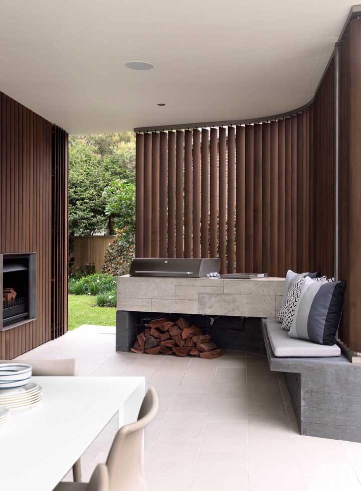 Ambiente aconchegante com lareira e churrasqueira elétrica no balcão