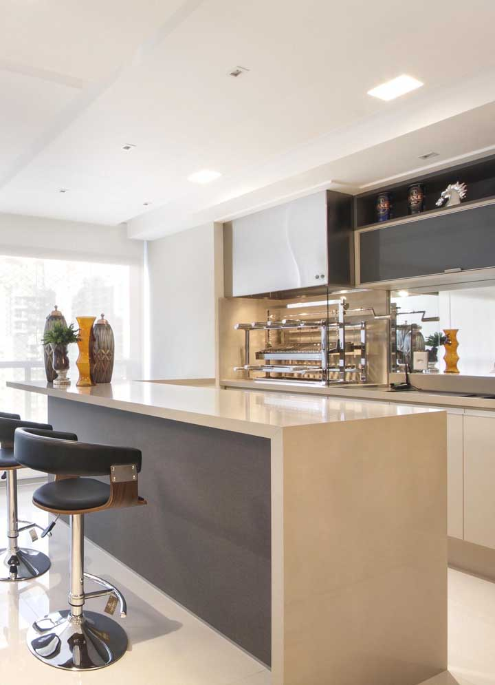 Churrasqueira elétrica no balcão da cozinha clean e moderna