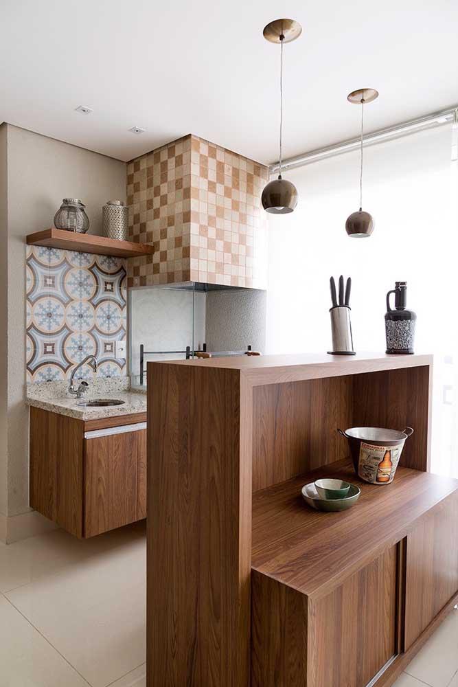 A cozinha pequena ficou completa com a churrasqueira elétrica e a coifa acima