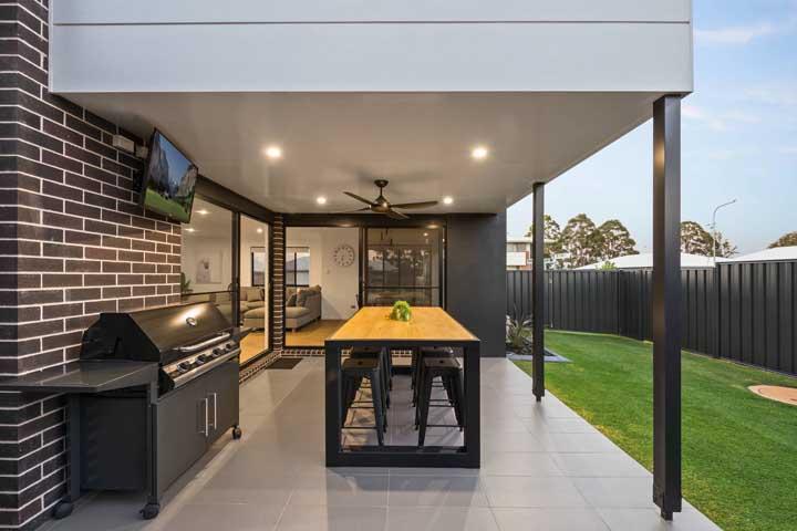 O jardim contou com um espaço gourmet convidativo, com churrasqueira elétrica no estilo bafo