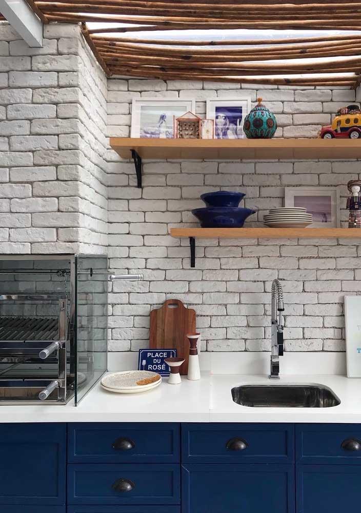 Essa cozinha moderna e cheia de personalidade conta com uma churrasqueira elétrica sobre a pia da cozinha