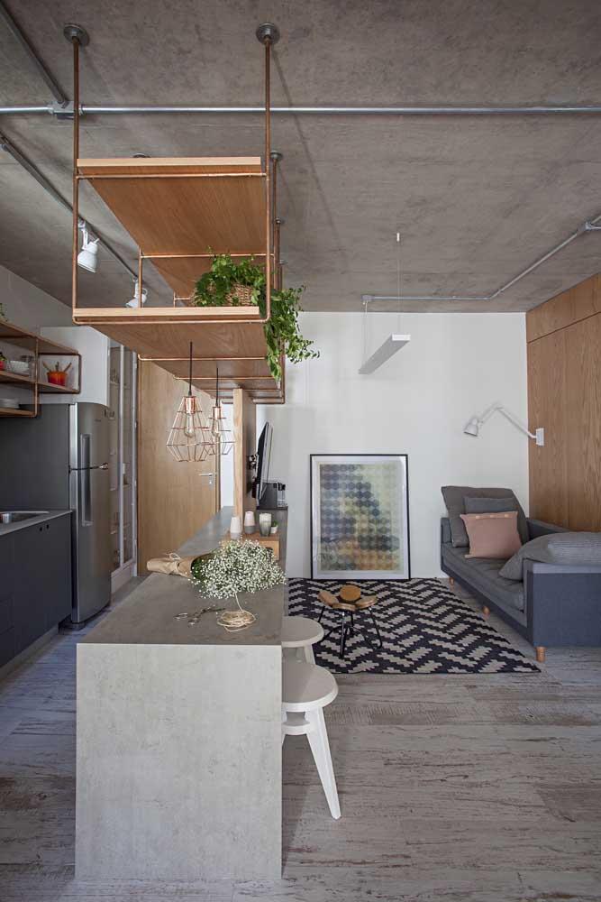 Cozinha integrada com sala de estar; destaque para o balcão que conferiu um estilo americano ao projeto