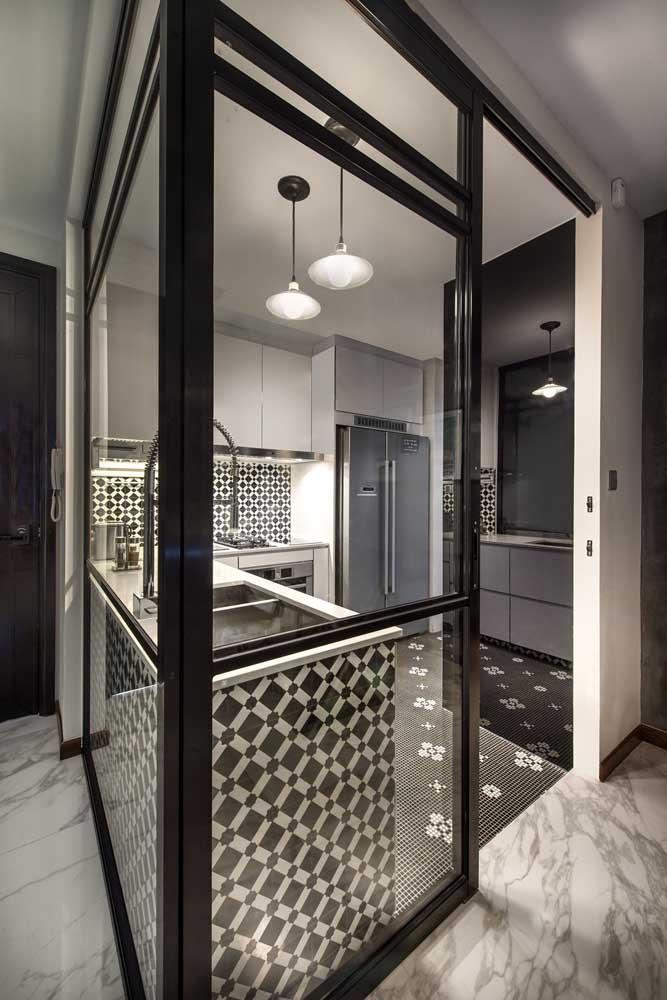 Muito estilo para uma cozinha só! Repare que o ambiente ganhou paredes de vidro para isolar o espaço, quando necessário