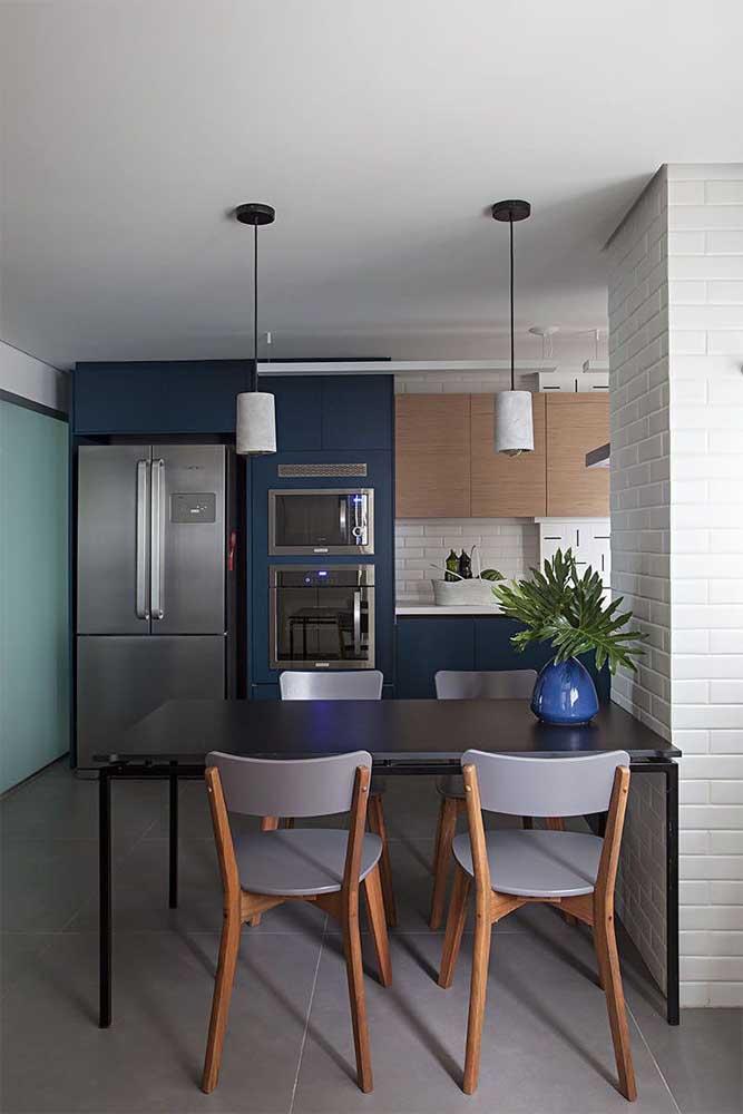 Cozinha integrada planejada com estilo moderno e mesa de jantar inclusa