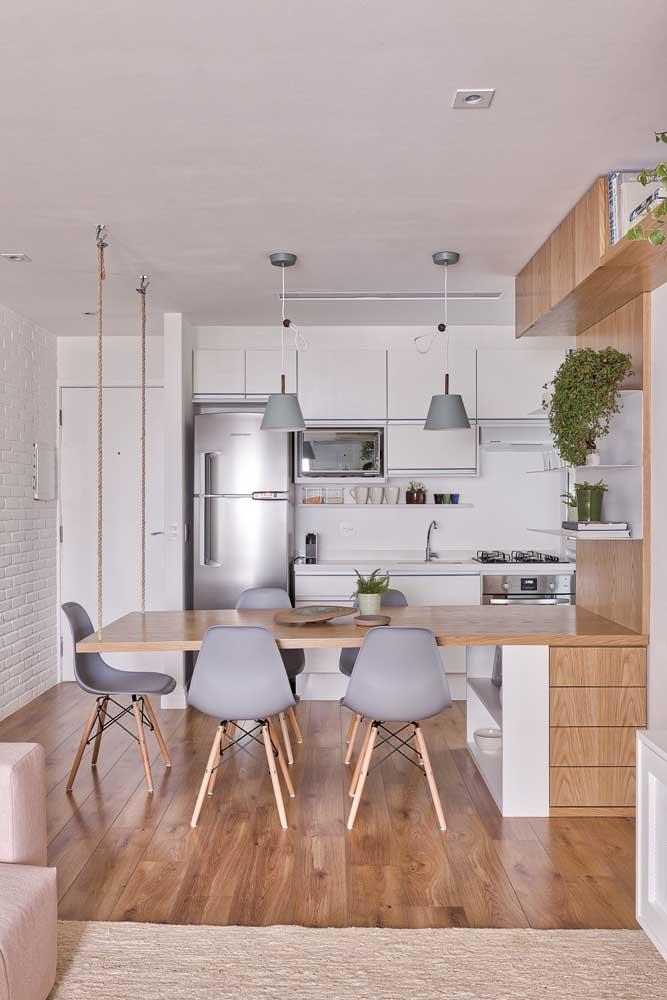Cozinha integrada com uma proposta diferenciada de bancada, ou seria mesa?