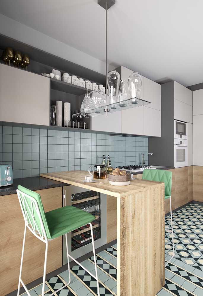 Cozinha integrada com balcão pequeno e móveis sob medida