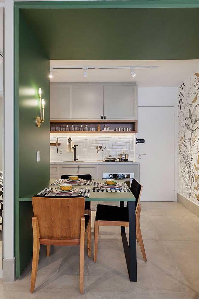 A paleta de cores e o design da cozinha integrada formam um alinhamento perfeito com a sala de jantar