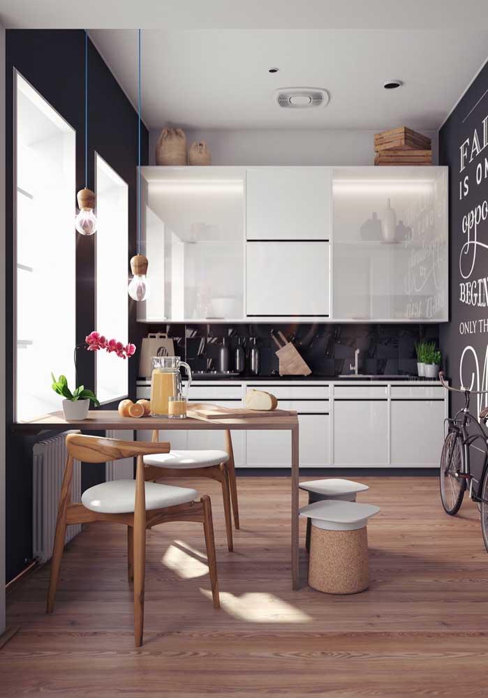 Cozinha integrada com sala de jantar pequena, perfeita para casas menores