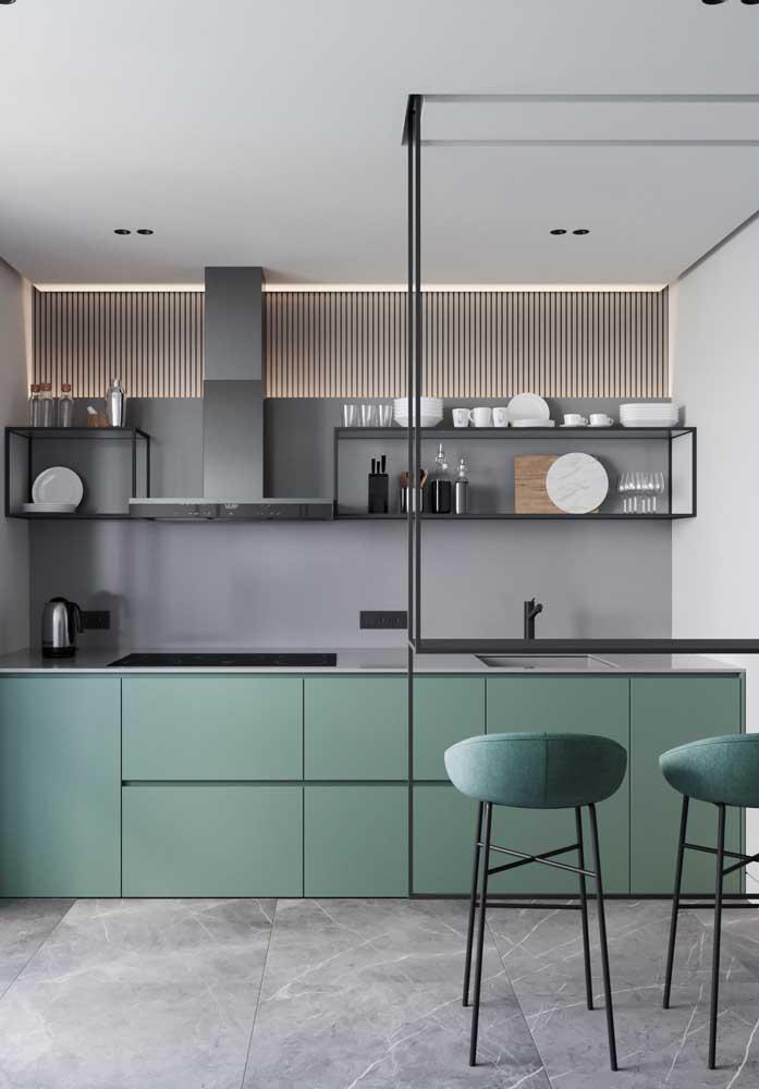 Inspiração de cozinha integrada em tons modernos; destaque para o balcão suspenso