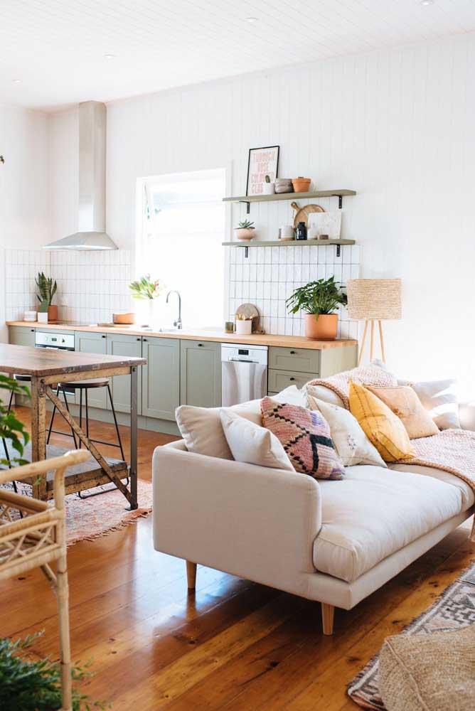 Cozinha integrada com sala de estar; o estilo boho convidativo e aconchegante segue nos dois ambientes