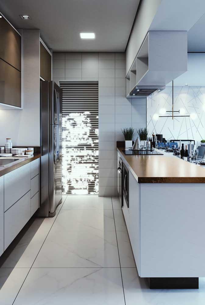 Cozinha integrada com balcão; os móveis planejados fazem diferença nesse tipo de ambiente