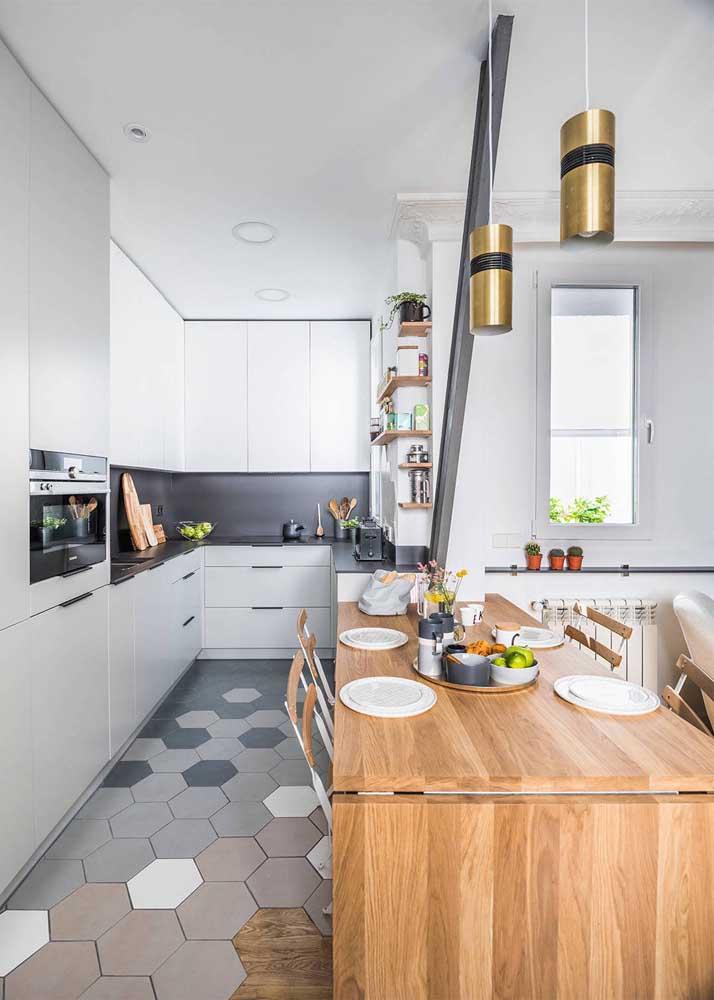 Cozinha integrada com bancada e móveis planejados para otimizar o dia a dia