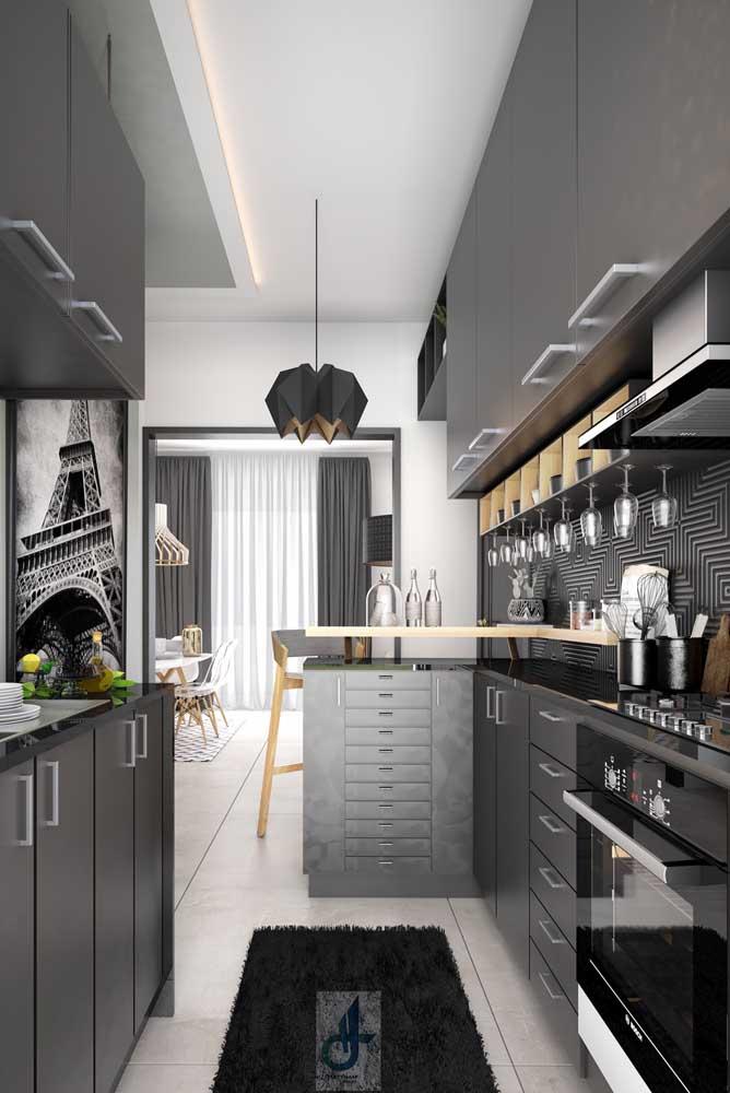 Cozinha integrada com bancada em tons de cinza e preto, super moderna!