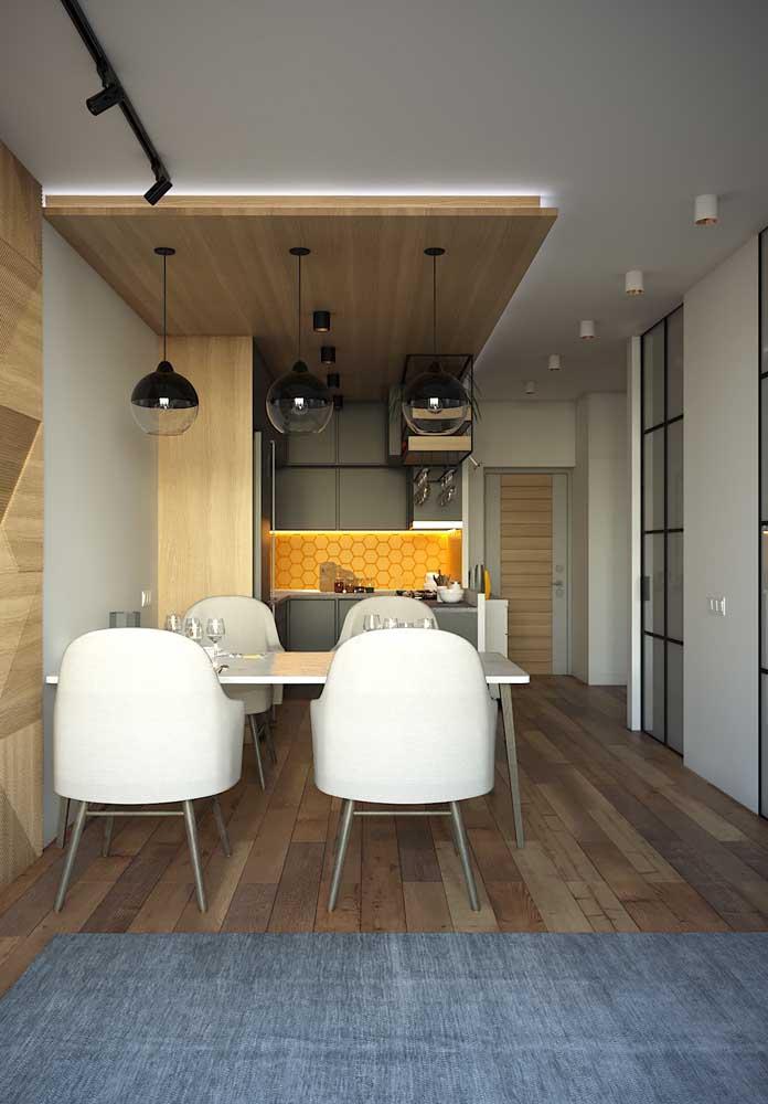 Cozinha integrada com sala de jantar simples; perceba como o conceito aberto aumenta a percepção de espaço no ambiente, favorecendo lugares