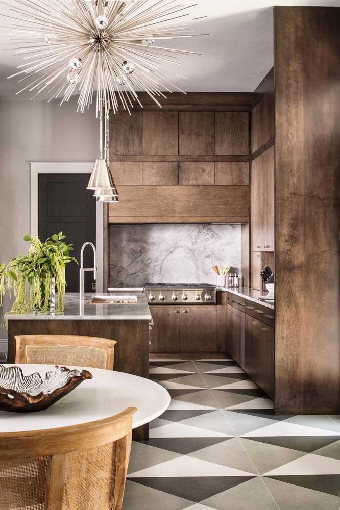 O pé direito alto valorizou os móveis de madeira escolhidos para essa cozinha integrada