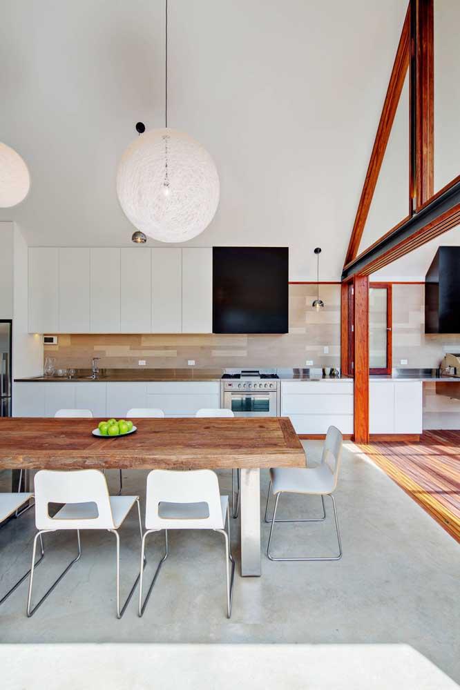 Cozinhas integradas não são apenas para ambientes pequenos, veja como o conceito fica muito bem em locais amplos também