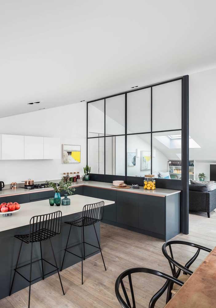 Cozinha integrada com parede de vidro para a sala de estar,; repare que o revestimento escolhido para os ambientes é o mesmo