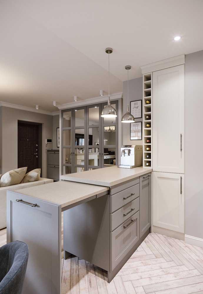 Cozinha integrada em apartamento pequeno; o ambiente ganha detalhes que o tornam super funcional, como a bancada retrátil
