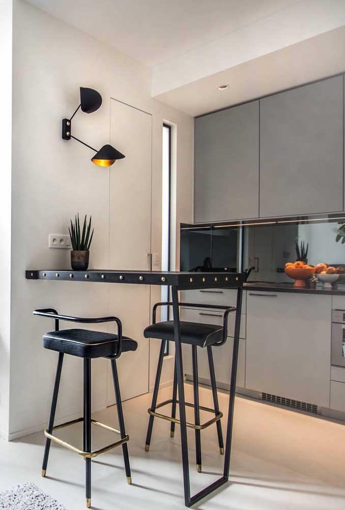 Cozinha integrada pequena com destaque para o balcão estiloso