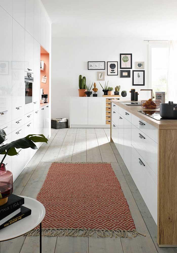 Cozinha integrada com ilha em madeira e móveis planejados