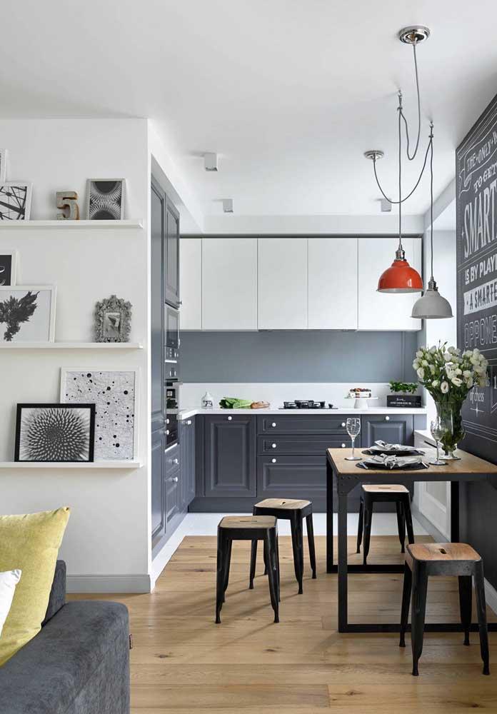 Cozinha integrada com a pequena sala de jantar; o ambiente ainda se conecta a sala de estar