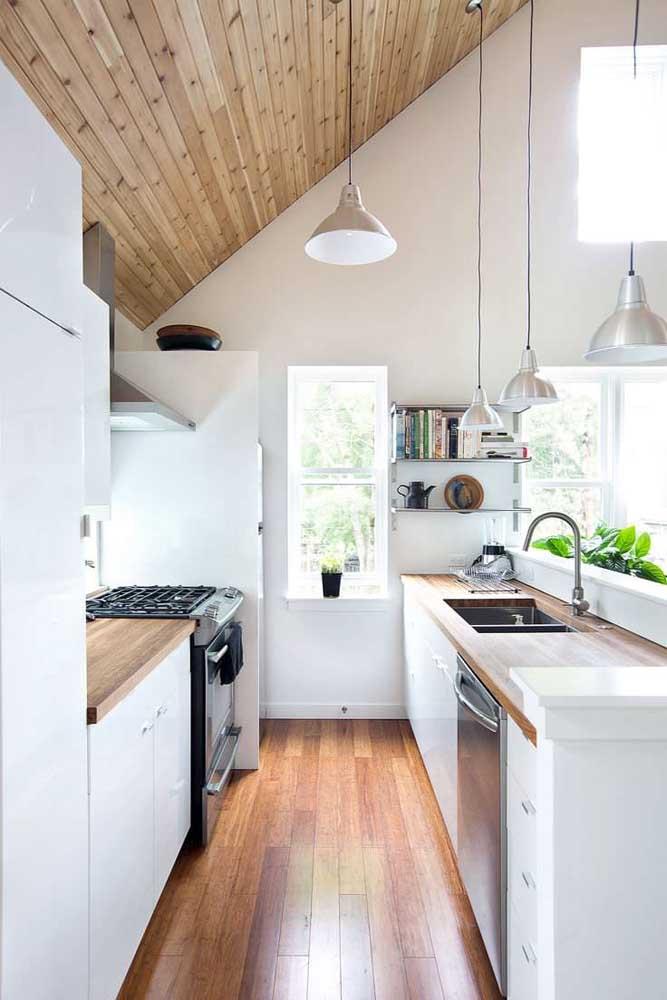 Um luxo essa cozinha integrada com piso de madeira!