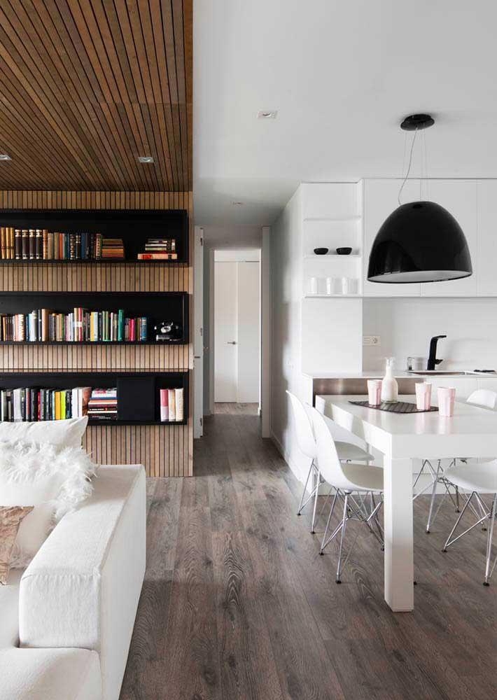 Cozinha integrada com a sala de estar; repare na harmonia entre a decoração dos dois ambientes