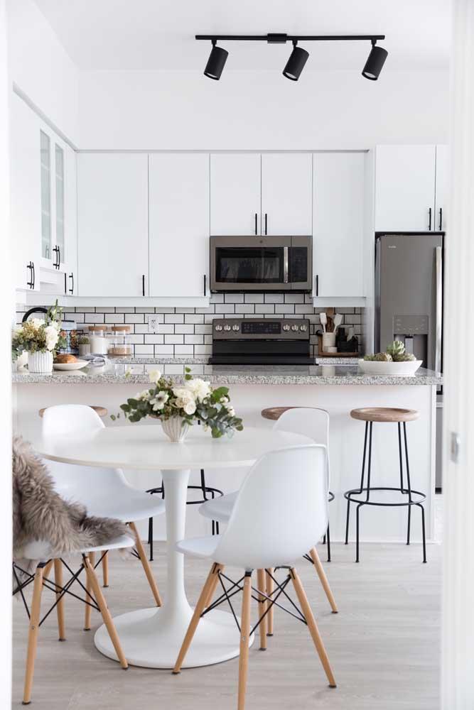 Cozinha integrada com sala de jantar em estilo escandinavo