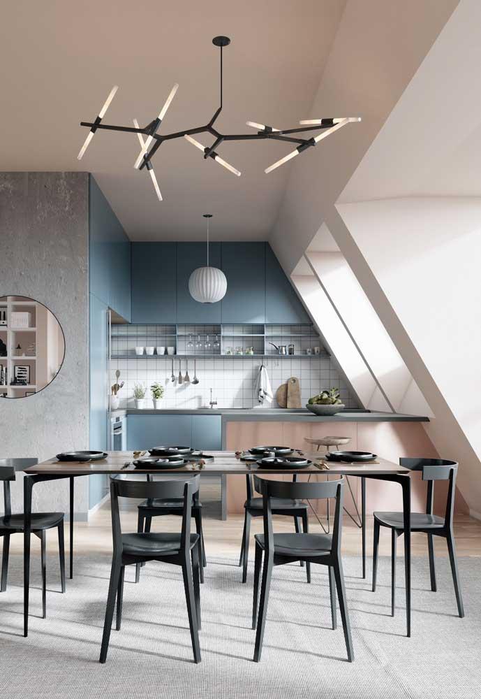 Cozinha integrada com sala de jantar moderna; destaque para a bancada e o uso de móveis planejados