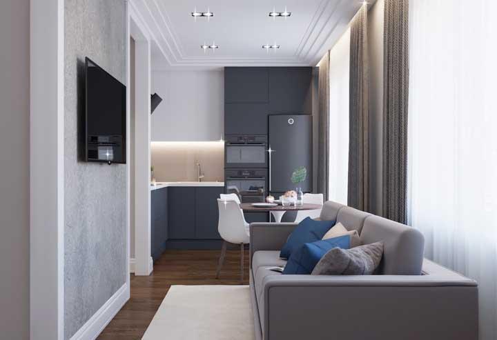 Modelo pequeno e compacto de cozinha integrada com sala de estar; ótima inspiração para apartamentos
