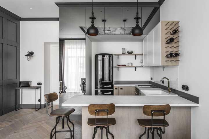 Cozinha integrada com balcão e banquetas para melhor aproveitamento do espaço