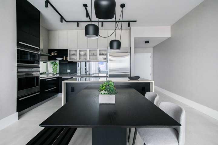 Cozinha integrada com sala de jantar, destaque para a mesa que se forma a partir do balcão sob medida