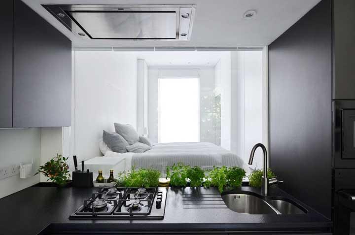Para apartamentos ainda mais compactos, uma inspiração de cozinha integrada ao quarto