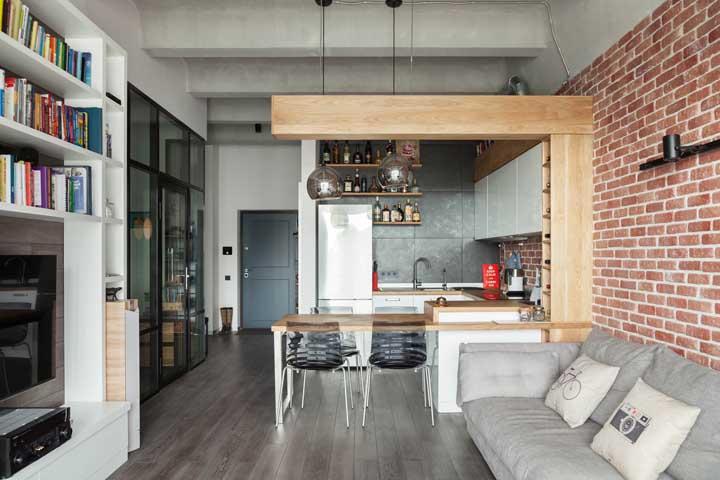 Cozinha integrada com sala de estar em um estilo industrial pra lá de aconchegante e moderno