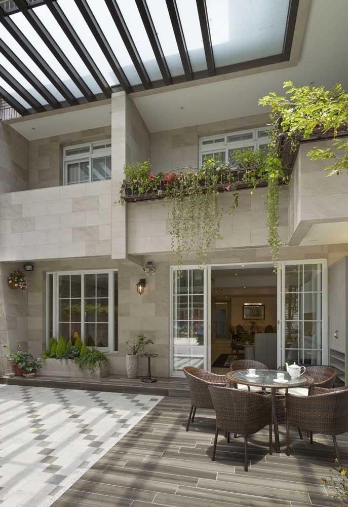 Dois pisos de cerâmica revestem esse quintal coberto; repare na combinação de cores entre eles