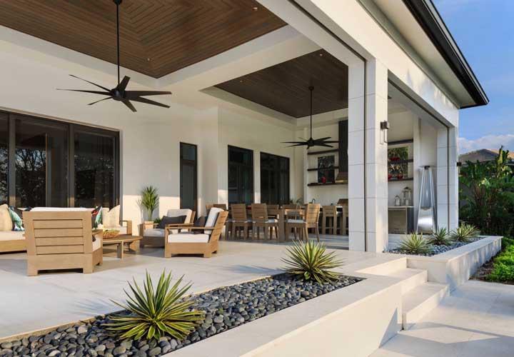 Espaço externo clean e acolhedor com piso cerâmico branco: uma opção simples, econômica e bonita