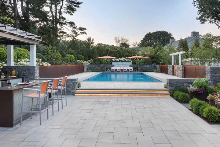 Quintais com piscina precisam de um piso que seja antiderrapante e atérmico para garantir o conforto e a segurança do lugar
