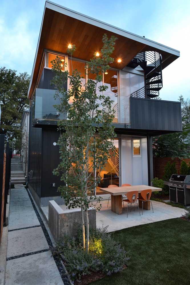 Nessa casa, o piso de concreto contorna toda a lateral