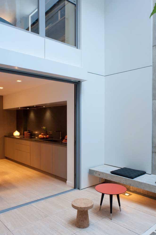 Aqui, o piso cerâmico se estende da cozinha até o quintal, criando uma uniformidade e integração visual entre os espaços