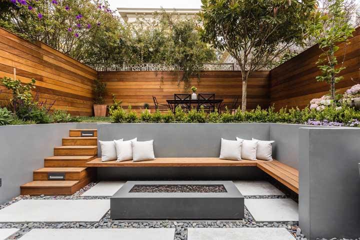 Esse charmoso quintal contou com a praticidade e economia do piso de concreto