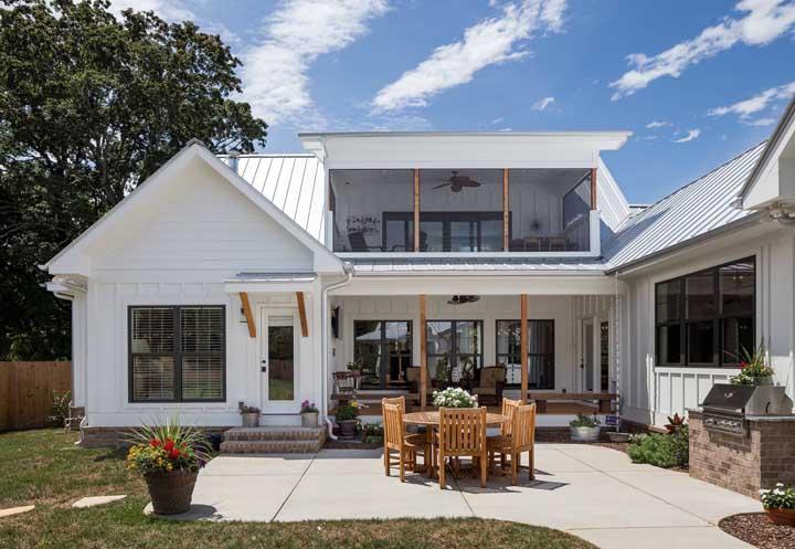 Aqui, o piso de concreto se ajusta perfeitamente ao estilo clean da fachada da casa
