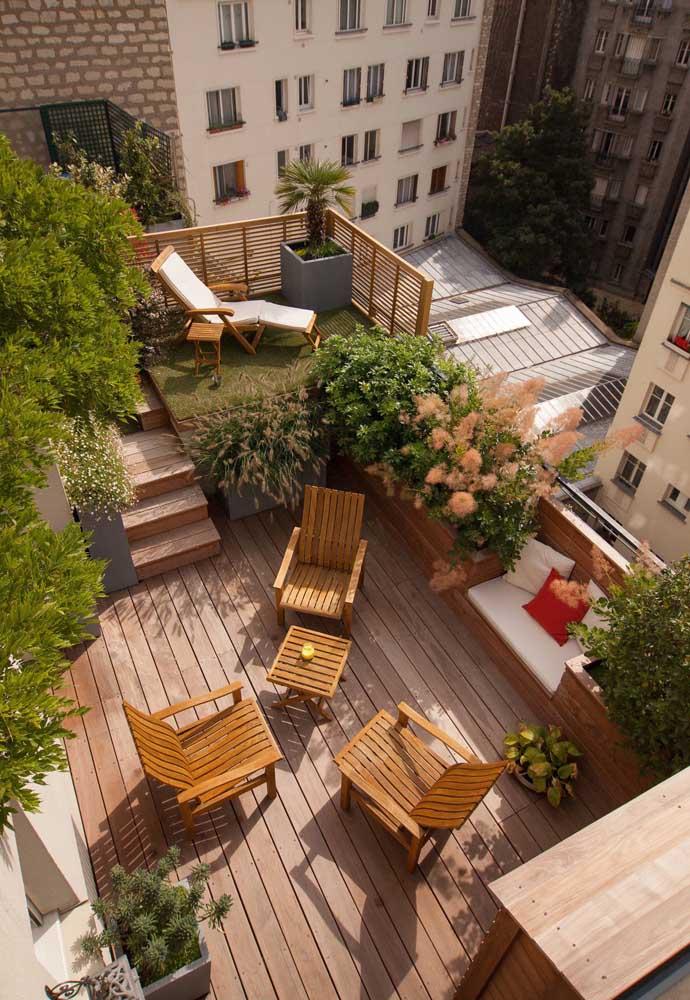O piso de madeira é ótimo para varandas e terraços