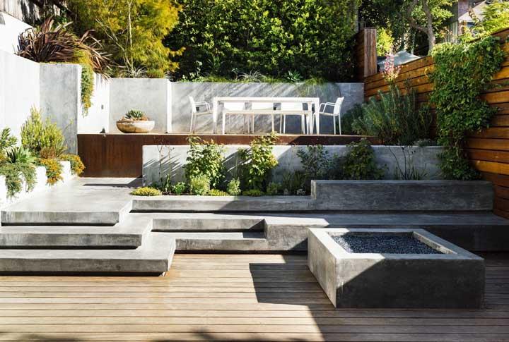 Já aqui é a combinação entre piso de madeira e piso de concreto que se destaca