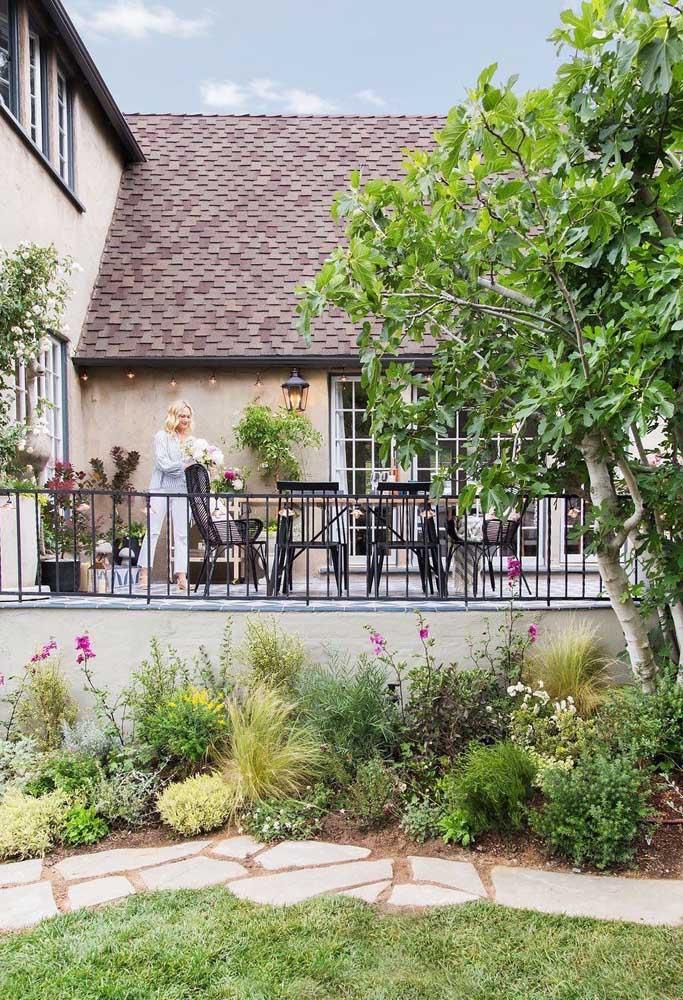 Caminho rústico e convidativo criado no jardim com placas de pedras