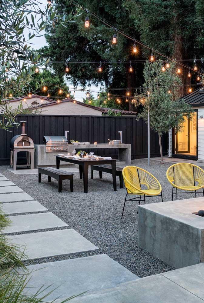 Nesse quintal, o piso de concreto divide espaço com os seixos espalhados no chão