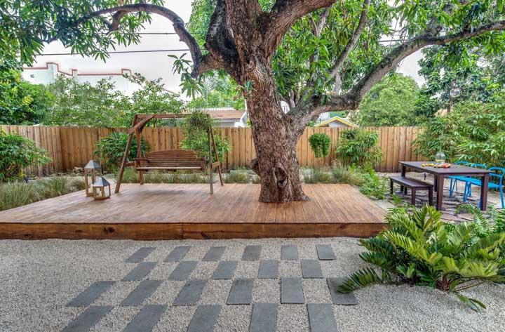 Quintal rústico com piso de brita; opção barata e que combina muito bem com propostas desse tipo